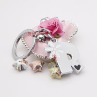 The white daisy pattern word R alloy key ring