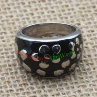 Black ring with flower patterns & made of stainless steel